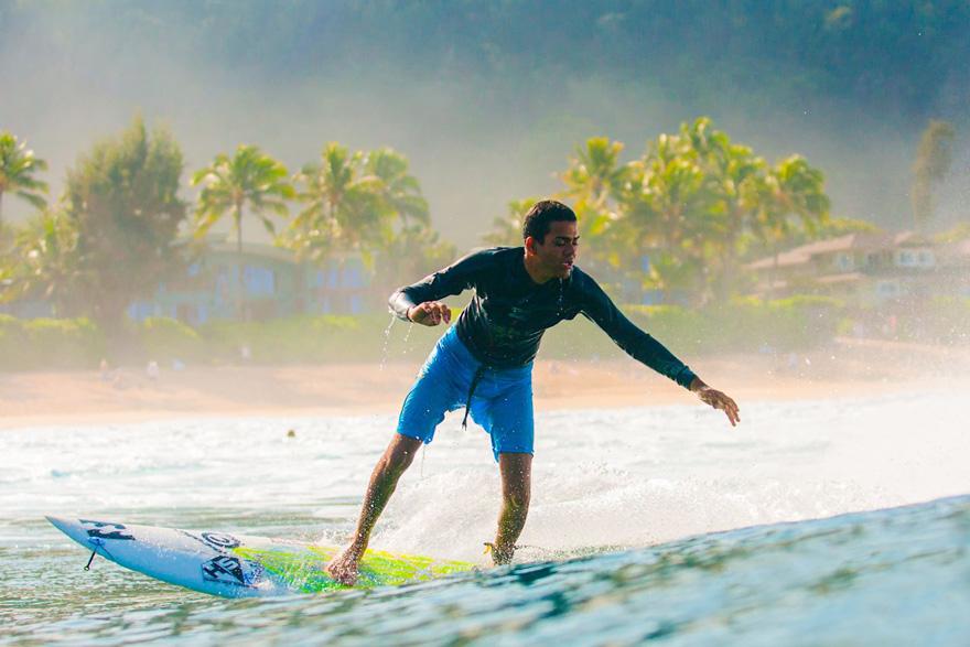 Nascut orb, Derek Rabelo a devenit un surfer profesionist (1)