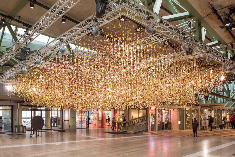 Gradina Suspendata Formata Din 30.000 De Flori Viu Colorate (1)