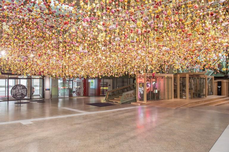 Gradina Suspendata Formata Din 30.000 De Flori Viu Colorate (2)