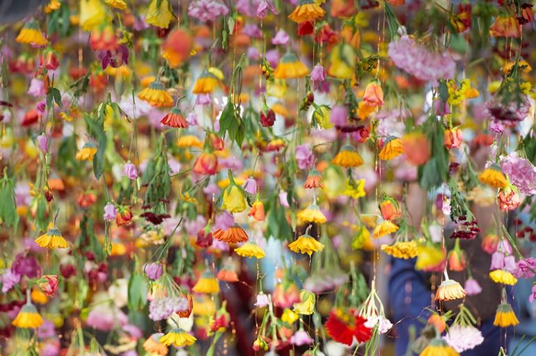 Gradina Suspendata Formata Din 30.000 De Flori Viu Colorate (3)