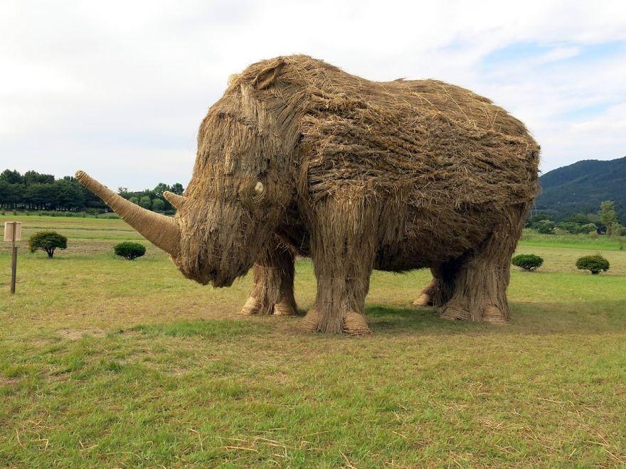 Animale Gigantice Din Paie de Orez Realizate De Studentii Unei Universitati Din Japonia 5