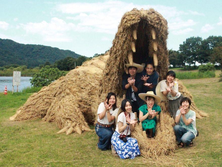 Animale Gigantice Din Paie de Orez Realizate De Studentii Unei Universitati Din Japonia 9