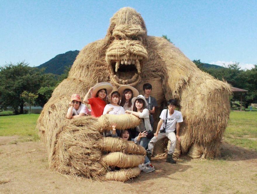 Animale Gigantice Din Paie de Orez Realizate De Studentii Unei Universitati Din Japonia 10