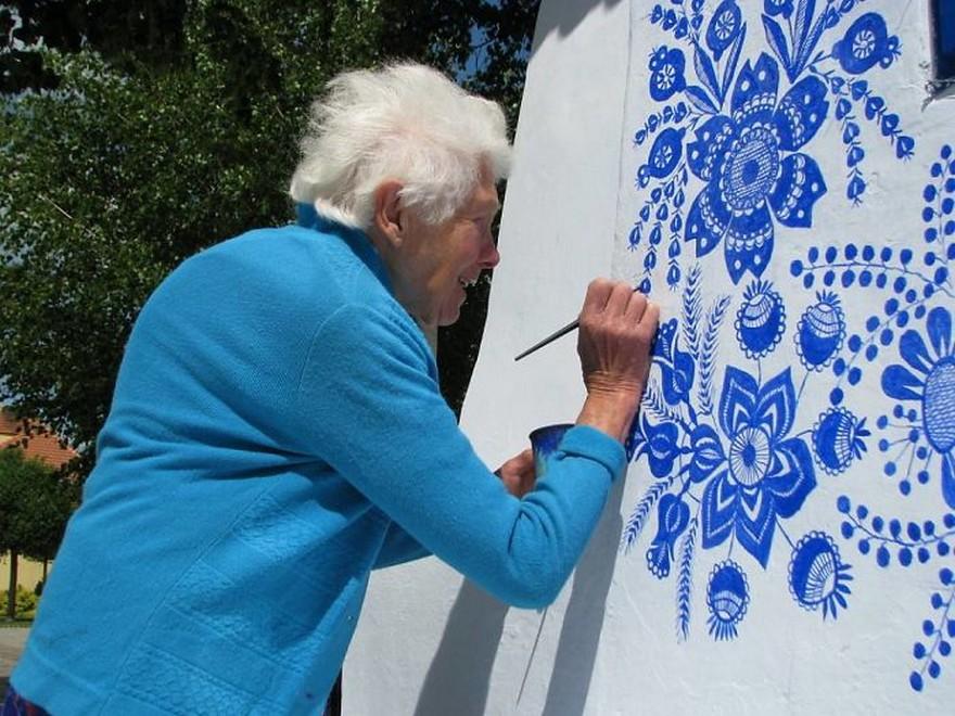 O Bunica de 87 de Ani Iubeste sa Picteze pe Case si si-a Transformat Satul intr-o Galerie De Arta