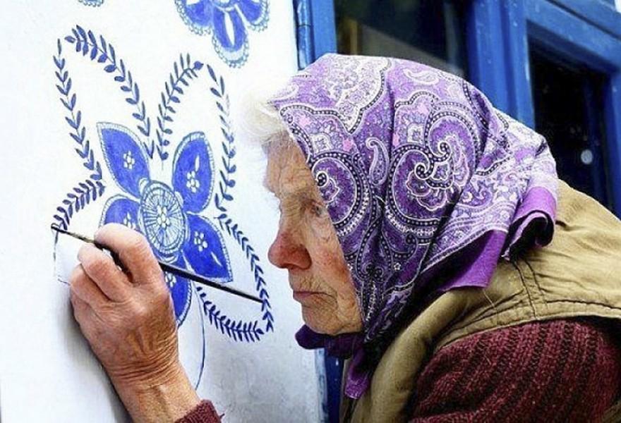 O Bunica de 87 de Ani Iubeste sa Picteze pe Case si si-a Transformat Satul intr-o Galerie De Arta 7