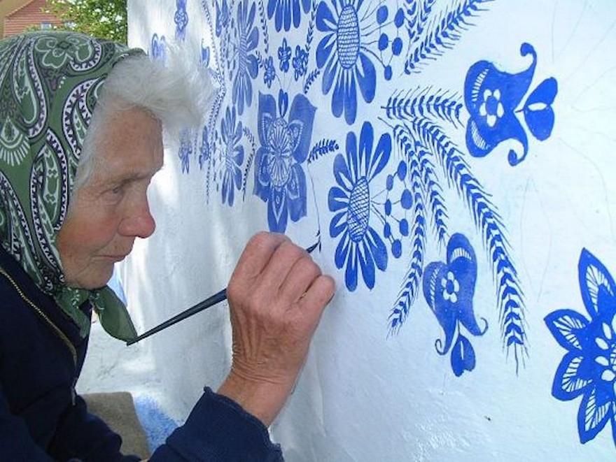 O Bunica de 87 de Ani Iubeste sa Picteze pe Case si si-a Transformat Satul intr-o Galerie De Arta 1