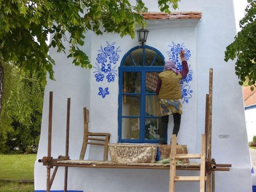 O Bunica de 87 de Ani Iubeste sa Picteze pe Case si si-a Transformat Satul intr-o Galerie De Arta 2