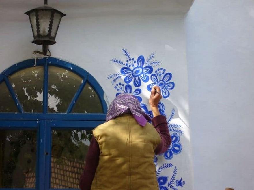 O Bunica de 87 de Ani Iubeste sa Picteze pe Case si si-a Transformat Satul intr-o Galerie De Arta 6
