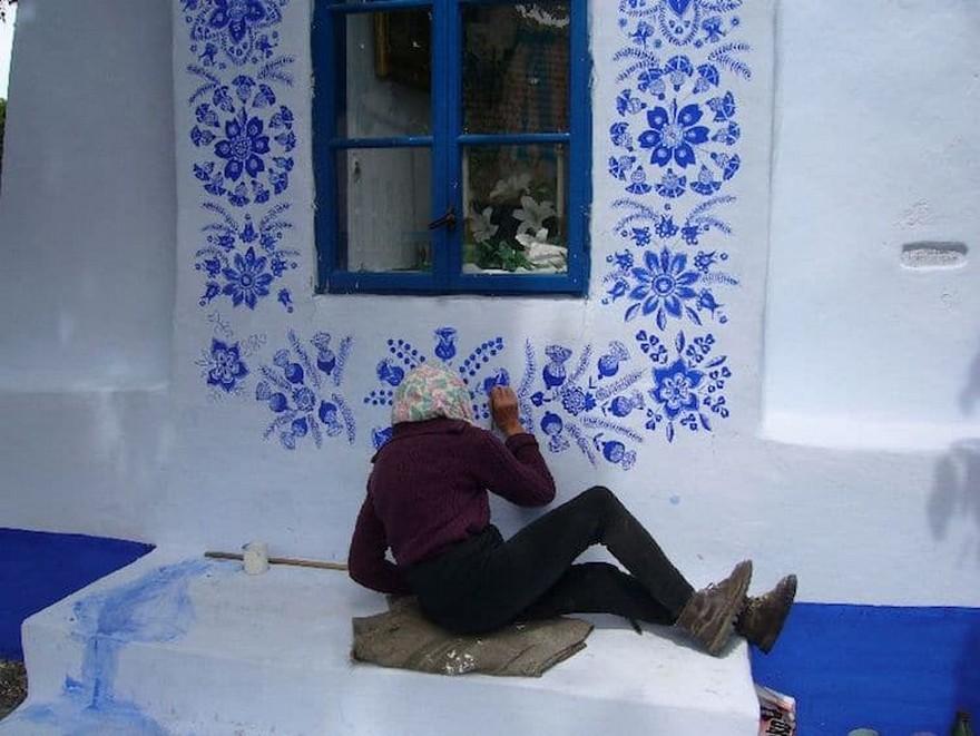 O Bunica de 87 de Ani Iubeste sa Picteze pe Case si si-a Transformat Satul intr-o Galerie De Arta 4
